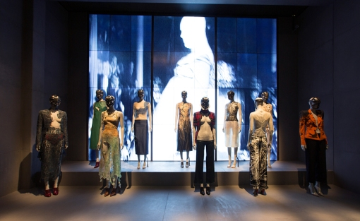 1._installation_view_of_london_gallery_alexander_mcqueen_savage_beauty_at_the_va_c_victoria_and_albert_museum_london_0